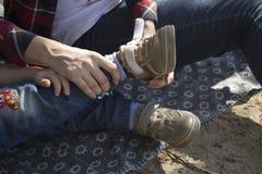 Moderportionson som bär skor En kvinna bär ett ungt barn Arkivfoton