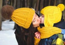 Moders kyssson royaltyfri fotografi