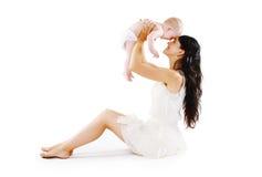 Moders lycka Den unga mamman med hennes gulligt behandla som ett barn ha gyckel Royaltyfri Bild