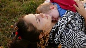 Modersammanträde med hennes sova dotter arkivfilmer