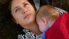 Modersammanträde med hennes sova dotter stock video