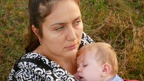 Modersammanträde med hennes sova dotter lager videofilmer