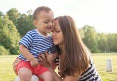 Moderskapförälskelse mother sonen Arkivfoton