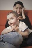 Moderson som ligger på soffan arkivbild