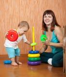 Moderspelrum med behandla som ett barn Fotografering för Bildbyråer