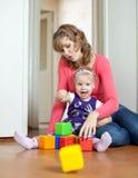 Moderspelrum med behandla som ett barn i utgångspunkt Royaltyfria Bilder