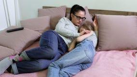 Modervak upp dotter, når att ha sovit i säng stock video