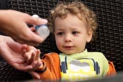Moderwasheshänder av hennes son Arkivfoton