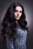 Modeschönheitsfrau mit dem gesunden Haar Stockfoto