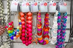 Modeschmuck in einem Einzelhandelsgeschäft lizenzfreie stockfotos