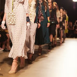 Modeshow en Catwalkhändelse Royaltyfria Bilder