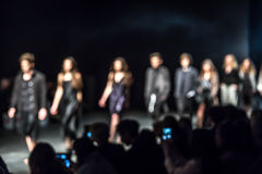 Modeshow en Catwalkhändelse som är suddig på avsikt Arkivfoto