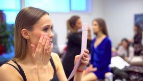 Modeshow, model die professioneel maken omhoog maken, coulisse mooi gezicht van vrouwelijk meisjesmodel Maak kunstenaar omhoog he stock video