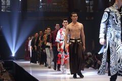 Modeshowen av ` Vientiene ÖVERRASKAR modevecka2017 `, arkivbilder