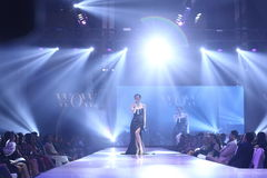 Modeshowen av ` Vientiene ÖVERRASKAR modevecka2017 `, royaltyfri fotografi