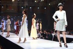 Modeshowen av ` Vientiene ÖVERRASKAR modevecka2017 `, arkivfoto