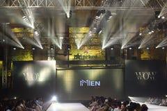 Modeshowen av ` Vientiene ÖVERRASKAR modevecka2017 `, royaltyfria foton