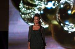 Modeshowmodel met bewerkte halsband Stock Foto
