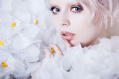 Modeskönhetmodell Girl i vita rosor Brud Perfekt idérik smink och frisyr Arkivbild
