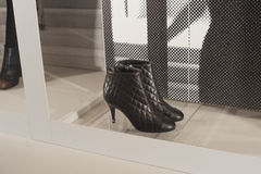 Modeskon ställer ut skärmshoppingdetaljhandel Arkivbild