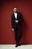 Modeskott av den eleganta unga stiliga mannen i klassikersvartdräkt, royaltyfria bilder