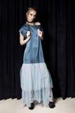 Modeskott av en härlig ung sexig kvinna i lång aftonklänning med ett ljust aftonsmink med flätade trådar för hår Skjuta i royaltyfri fotografi
