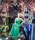 Modeskyltdockan i boutique shoppar fönstret Royaltyfria Bilder