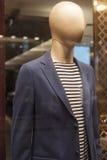 Modeskyltdockan ställer ut skärmshoppingdetaljhandel Arkivfoto