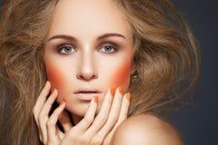 Modesmink, blusher, manicure, stor frisyr royaltyfri fotografi