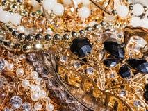 Modesmycken från gul och vit guld royaltyfri foto