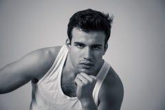 Modestående av attraktivt starkt posera för modell för ung man som är lyckligt och som är sexigt för kameran arkivfoto