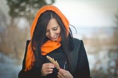 Modestående av bärande hijab för unga muslim royaltyfri bild