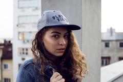 Modestående av den goda utformade tonårs- flickan Fotografering för Bildbyråer