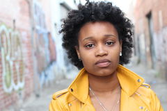 Modestående av den härliga svarta kvinnan arkivbilder