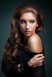 Modestående av den lyxiga kvinnan royaltyfri foto