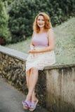 Modestående av den nätta unga kvinnan royaltyfri fotografi
