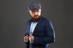 Modestående av den skäggiga mannen i dräkt Gammal Hipsterpojke Stilig man i hatt _ Royaltyfri Fotografi