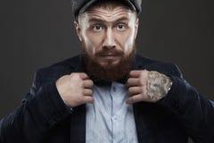 Modestående av den skäggiga mannen i dräkt Gammal Hipsterpojke Stilig man i hatt _ Royaltyfria Bilder