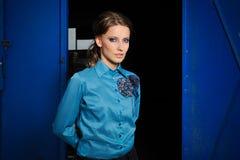 Modestående av den stilfulla flickan Royaltyfria Foton
