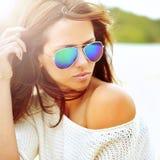 Modestående av den stilfulla kvinnan i solglasögon arkivfoton