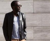 Modestående av den stilfulla unga afrikanska mannen Arkivfoton