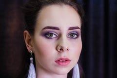 Modestående av den unga härliga caucasian kvinnan royaltyfri fotografi