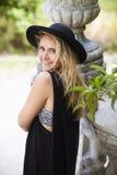 Modestående av den unga kvinnan för härlig hippie Royaltyfri Bild