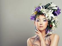 Modestående av den unga kvinnan med härliga blommor arkivfoton