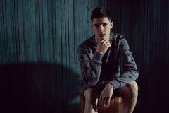 Modestående för ung man royaltyfri fotografi