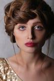 Modeståendeflickas framsida med röda kanter och brunt hår Royaltyfri Foto