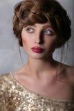 Modeståendeflickas framsida med röda kanter och brunt hår Royaltyfri Fotografi