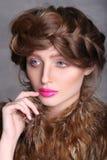 Modeståendeflickas framsida med rosa kanter och brunt hår Arkivbilder