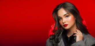 Modeståenden av asiatgrå färger krullar hårkvinnan med stark färg arkivbild
