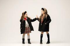 Modeståenden av unga härliga tonåriga flickor på studion arkivbild